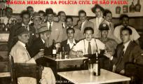 Happy Hour de Policiais da 1ª Delegacia Auxiliar (atual DECAP), no início da década de 60. Ao centro, o saudoso Investigador Osvaldo Vulcano. (Acervo do Investicador Sérgio Vulcano).