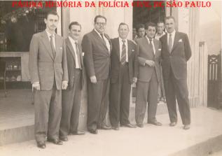 Final dos anos 50, o único Escrivão de Polícia da cidade de Poá José Maia Nóbrega é o segundo, o Delegado de Polícia Bernardo Guedes o terceiro, junto com vereadores de Poá da época. (acervo da filha do escrivão, Neusa Maria Rambaldi Nóbrega).