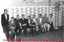 """Encontro de policiais na decada de 60. Da esquerda para a direita: o 2º Mineirinho """"in memorian"""", que foi presidente da IPA, o 3º investigador Gilberto Thompson """"in memorian"""", o 6° investigador Miguel Franco """"in memorian"""" e 7º Investigador Milton. ( Acervo de Vagner M. Franco)."""