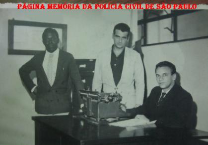 14º DP do DEGRAN, em 1.962. À esquerda Oficial Adminisrtrativo Pimentel, Motorista Policial Milton e sentado, o Investigador Adão Dias Pereira. (Acervo do publicitário Marco Antônio Simões Dias Pereira).
