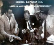 Delegado de Polícia José Othoniel Giffoni (ao centro de terno preto), nascido aos 03 de janeiro de 1927, em Baependi/MG. Aposentou-se em 1988, com 37 anos de carreira policial sempre como Delegado. Faleceu acometido de um enfarto fulminante em 15 de junho de 1991.