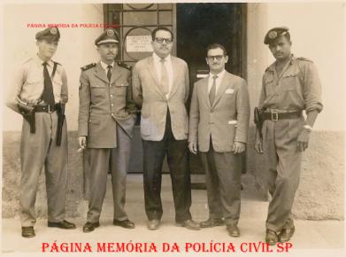 Delegado de Polícia Titular de Poá Bernardo Guedes ao lado do unico escrivão da cidade José Maia Nóbrega (posteriormente Inspetor Fiscal da região) e policiais não identificados, em frente a delegacia no início da década de 50.