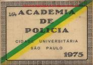 """Cartão entregue a aluno no ano de 1.975, com os dizeres """"Academia de Polícia"""" e """"Cidade Universitária São Paulo"""", com faixa nas cores da República. (Acervo do Investigador Luiz Albertto Spinola de Castro)"""