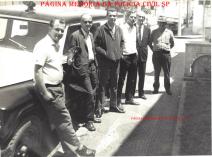 """Delegacia do Município de Bragança Paulista, em 1.970: À partir da esquerda, os saudosos Delegados de Polícia Rubens Vasconcellos Diniz e Antonio Carlos de Toledo Neto; Investigadores Djahy Tucci Junior (hoje Delegado Classe Especial) e Fernando Arruda (atualmente Promotor de Justiça); o lendário Escrivão Fausto Russomano (emprestou seu nome à Delegacia Seccional de Bragança Paulista) e o funcionário da CIRETRAN """"Ninho""""."""