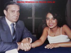 """O saudoso Investigador do DI- Departamento de Investigações, Mozart Uchoa, na formatura de Magistério de sua filha Fernanda Uchoa, em 1983 no Clube Esperia. Linda manifestação de Fernanda: """"Ola amigos queridos. Não posso deixar de compartilhar com vocês a emoção que estou sentindo. Tenho recebido tantas palavras LINDAS , desde que fui ao Jantar da Velha Guarda da Polícia Civil de São Paulo (2º Encontro, em 06/12/13), dos rapazes que conheceram, trabalharam ou ouviram falar de papai. Papai se foi , mas me deixou uma legião de amigos, amigos que estou reencontrando ou conhecendo agora. Alguns já se foram, mas deixaram em mim a sua presença viva, com lembranças doces de uma fase de minha infância em que ia TRABALHAR COM PAPAI. Estou muito orgulhosa, e que ele era um pai MA RA VI LHO SO, eu já sabia, mas que era tão querido no trabalho... não imaginava. Muito obrigada a todos, tenho em minha alma o nome , rosto e a delicadeza das palavras que me ofertaram guardadas em meu coração, por isso prefiro não citar os nomes. Tive a plena certeza de que papai está sempre comigo, como sempre foi . Muito obrigada a todos vocês !"""""""