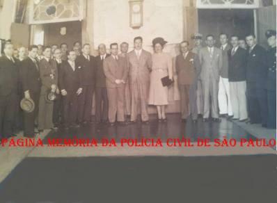 Ao centro (abaixo do relógio à esquerda) o Delegado de Polícia Pedro de Alcântara Carvalho de Oliveira, que desvendou o Caso do Restaurante Chinês em 02 de fevereiro de 1.938. Ao lado direito, o Governador Dr.Adhemar Pereira de Barros e a primeira dama Leonor Mendes de Barros. Na investigação, o Dr. Pedro de Alcântara, presidente do Inquérito Policial, para auxilia-lo chamou Ricardo Gumbleton Daunt (1894-1977), chefe do Serviço de Identificação, Edmur de Aguiar Whitaker (1909-1965), médico psiquiatra, Oscar Ribeiro de Godoy, médico antropólogo, e Pedro Moncau, médico endocrinologista. O suspeito Arias de Oliveira foi interrogado e submetido a testes por três vezes. Os resultados indicaram ser ele o assassino. Arias continuou negando, até 19 de março de 1.942, quando resolveu confessar. (acervo da neta do Delegado Pedro Alcântara, a Func. Administrativa Noely F. O. Aiello).