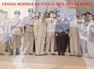 Investigador de Polícia Antenor dos Santos Pinto, o oitavo da esquerda para a direita, na investigação do Crime da Vila Talarico, em 1.951 (Acervo do sobrinho, o Delegado Assistente da 7ª Seccional, Carlos Henrique Ruiz).