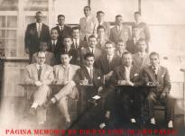 Formandos de 1.951, do Curso de Criminalística da Escola de Polícia de São Paulo, na Rua São Joaquim, 580 - Liberdade. (Acervo do Investigador Aristides José Zacarelli).