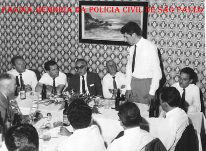 Encontro de policiais de alguma delegacia de SP, na década de 60. O primeiro à esquerda Investigador Armando Grimaldi, de costas, de óculos o Investigador Miguel Franco. (Acervo de Vagner M Franco).