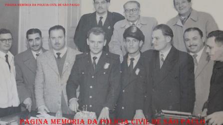 Policiais da Central de Polícia da 1ª Delegacia Auxiliar, no Pátio do Colégio, década de 60.