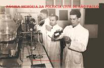 Alunos durante aula de criminalística, na antiga Escola de Polícia (atual ACADEPOL), na rua São Joaquim, em 1.951. (acervo do Investigador Aristides Zacarelli).