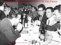Policiais de Delegacia de São Paulo, em restaurante, na dácada de 60. No primeiro plano a esquerda comendo, o investigador Milton; em frente (?); de terno claro, Investigador Miguel Franco e no mesmo lado ao fundo fumando, o investigador Oswaldo Sansone. (Acervo de Vagner M Franco).