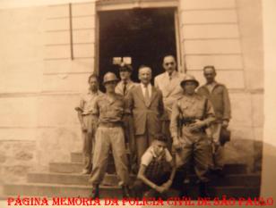 Policiais defronte a antiga Cadeia Pública de Bragança Paulista, na década de 50/60.