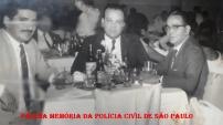 Policiais do DI- Departamento de Investigações, em um restaurante no Centro de São Paulo, na década de 60. À partir da direita, os Investigadores Antônio Granato, (?) e (?). (Acervo da filha Débora Granato).