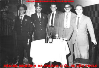 Policiamento em baile de carnaval em 1964. Da esquerda para a direita: GCs (?), (?); Investigadores (?), Miguel Franco e (?). (Acervo do filho Vagner M. Franco).