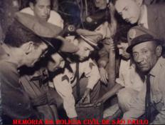 ENCONTRO DO COFRE DO FAMOSO ROUBO DA FAZENDA SANTA HELENA EM BRAGANÇA PAULISTA- NA FOTO OS POLICIAS JOAQUIM CAMARGO, PAI DOS GC JOSMAR E JOCIMAR, E O SARGENTO DIAS MARTINS (PAI DE 6 POLICIAIS CIVIS, CREON, CLÓVIS, CLÉLIA, COLETA, CLARA E CLÁUDIA DE BRAGANÇA PTA)