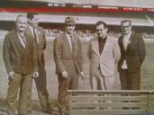 """Policiais do DI- Departamento de Investigações,no Estádio Cícero Pompeu de Toledo """"Morumbí"""", na década de 60. À partir da esquerda, Investigadores Flávio e Paulo Anderaos; Delegado Paulo Lizandro Bártolo (ex- goleiro do São Paulo Futebol Clube); Investigadores Russo e Capozzi. Acervo de Ricardo D. Rosa, do blog Tudo por São Paulo. http://tudoporsaopaulo1932.blogspot.com.br/"""