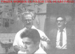 """Em uma tradicional barbearia de São Paulo, na dácada de 60, Investigadores da 1ª Delegacia Auxiliar: À direta de óculos Miguel Franco """"in memorian"""" e (?)."""