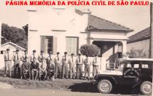 Delegacia de Polícia de Santa Fé do Sul, em 1.961. De pé, policiais da guarnição do destacamento da cidade e sentados, Investigador, Delegado Titular Roberto João Julião, Comandante e Escrivão.