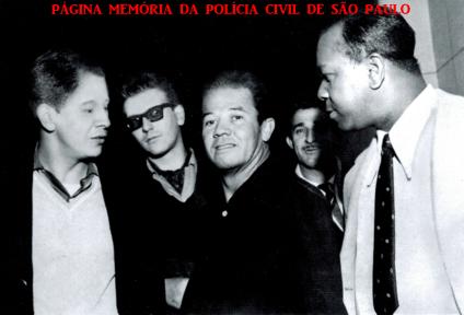 """Guarnição da RUDI 3- Ronda Unificada do Departamento de Investigações, composta pelos Investigadores Washington Gomes de Campos """"Campinho"""", Ivan Garcia, Lazaro da Silva """"Lazinho""""; Delegado Estagiário, Berardino Fanganiello """"Bera"""" (atualmente importante empresário na área de segurança e Investigador """"Carioca"""", em 1.963. (acervo do Advogado Dermeval Gomes Campos """"Campinho"""")."""