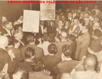 """Luta por melhoria salarial para os policiais, em 1.961. Discursando, o Investigador de Polícia Mário Gonçalves """"in memorian"""", Presidente da Associação dos Funcionários da Polícia Civil do Estado de São Paulo."""