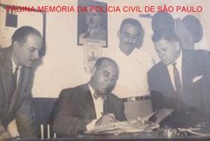 Dependências da Sétima Delegacia Auxiliar, atualmente DEINTER 6- Santos, em 1.949.. Sentado, o Investigador Júlio Grecco. Acervo do neto Investigador Leopoldo Lisboa. https://www.facebook.com/MemoriaDaPoliciaCivilDoEstadoDeSaoPaulo/photos/a.462432423879334.1073741874.282332015222710/1276737835782118/?type=3&theater