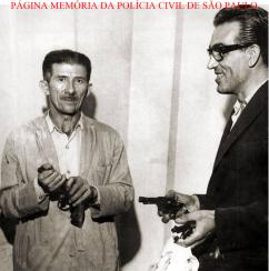 O Delegado José Vidal Pilar Fernandes e o Motorista Policial (Agente Policial) Antonio Feitosa, com as armas utilizadas no maior roubo do País na época, no montante de 500 milhões do Banco Moreira Sales, tendo como autores uma quadrilha de ladrões gregos, em 27 de janeiro de 1.965.