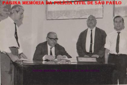 """No final da década de 60, o primeiro da esquerda para a direita o Investigador de Polícia Antônio Thomaz, sentado, o Chefe dos Investigadores Paschoal Pássaro (na década de 40 foi Sub Delegado) e outros dois policiais à direita não identificados. O Investigador Paschoal Pássaro pelo Decreto de 08 de março de 1.971, recebeu a Medalha """"Cruz do Mérito Policial"""" concedida pelo Governador do Estado de São Paulo Roberto Costa de Abreu Sodré."""