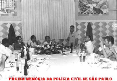 Investigadores da 1ª Delegacia Auxiliar (depois mudou o nome para DEGRAN e atualmente DECAP), em um restaurante na cidade de São Paulo, em 1.961. O terceiro da direita para a esquerda, Investigador Oswaldo Sansone. (Acervo de Vagner M.Franco).