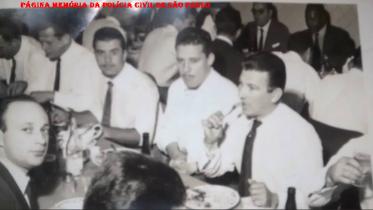 """Investigadores do antigo DI- Departamento de Investigações (Atual DEIC), em restaurante no Centro de São Paulo, em 1.960. Ao fundo à direita de óculos Antônio Granatto e a seu lado direito Antônio Deodato da Fonseca """"Deusdato"""". (Acervo Débora Granato)."""