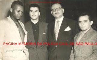 Setor de Assalto do antigo DI- Departamento de Investigações, atual DEIC. À partir da esquerda, Investigadores Antônio Deodato da Fonseca, Sergio Rocha, Delegado Fausto Admo e Investigador Dylson Araujo Smith, em 1956. Acervo de Richard Smith. https://www.facebook.com/MemoriaDaPoliciaCivilDoEstadoDeSaoPaulo/photos/a.462432423879334.1073741874.282332015222710/1281913778597857/?type=3&theater