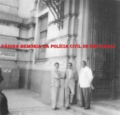 Investigadores de Polícia da 3ª Circunscrição da 1ª Divisão da Polícia do Estado de São Paulo, também chamada de 1ª Delegacia Auxiliar (posteriormente DEGRAN e atual DECAP), em serviço na estação de trem Sorocabana, na decada de 60. Da esquerda para a direita: investigadores Miguel Franco, ? e ?. (Acervo do filho Wagner M. Franco).