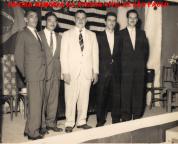 """Final da década de 50, no Clube Bela Vista do Bairro dos Pimentas- Guarulhos (O posto policial com cela ficava no porão da sede e destacamento de um """"Praça""""). À partir da esquerda, Paulo """"Barbeiro"""", Morió Sakamoto, Sub Delegado Custódio Soares (primeiro Delegado do bairro, hoje o Titular é seu sobrinho Dr. Nelson de Queiroz Motta), Mário de Queiroz Motta (Presidente) e Pintado."""