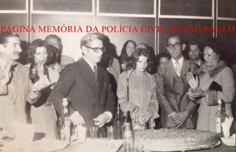 Comemoração nas dependências do DETRAN, na década de 60. Ao centro, de óculos, o Delegado Walter de Moraes Machado Suppo. O segundo da direita para a esquerda, o Investigador Waldemar Pisca.