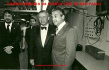 Equipe da segurança do cantor Franck Sinatra por ocasião de sua temporada em São Paulo, em 1.981. À partir da esquerda, Investigadores Jose Roberto Arruda e Mauricio Freire Lemos (hoje ambos Delegados); Franck Sinatra e Delegado Airton Martine.