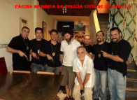 Esta foto é de um filme da Série da HBO que se chama Destino SP, nela estão Roberto Thomaz, Taylor Yamauchi e Marcelo Rafael (Todos Investigadores de Polícia do Estado de São Paulo), ao centro da foto de branco o Diretor Fábio Mendonça e o Diretor de Fotografia Cesar R. Charlone, produção da O2 filmes.