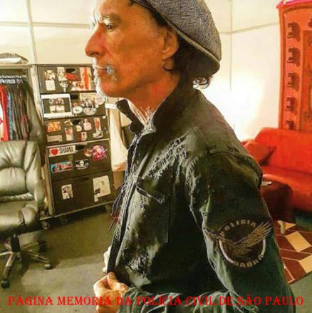 Joe Perry, o guitarrista do famoso conjunto Aerosmith, trajando uma jaqueta com o símbolo do GARRA de São Bernardo do Campo. https://www.facebook.com/MemoriaDaPoliciaCivilDoEstadoDeSaoPaulo/photos/a.309558669166711.69706.282332015222710/1074997982622772/?type=3&theater