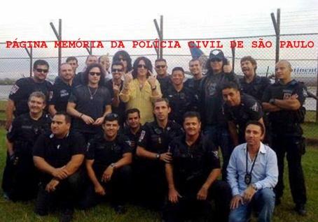 A Banda Kiss (não estavam com sua conhecida caracterização), em 2.008 na cidade de São Paulo, sendo escoltados por policiais do GARRA (grupo da Polícia Civil que completou 40 anos de existência neste ano de 2.016). Acervo do Investigador Nazato. https://www.facebook.com/MemoriaDaPoliciaCivilDoEstadoDeSaoPaulo/photos/a.309558669166711.69706.282332015222710/1023764054412832/?type=3&theater