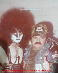 """O saudoso Investigador Octacílio Gimael Pereira """"Bebê Johnson ou Cilão"""" ao lado do integrante do Grupo Kiss, Gene Simmons, em tournê na cidade de São Paulo, em 1.982. (Acervo da Investigadora Valdelice DoSim)."""