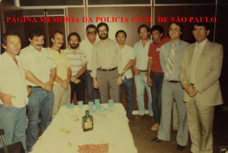 """DETRAN, em 1.989, Da esquerda para direita, Investigadores Edelfran, Artur, ?, Marcio Salibhe, o lendário Valdemar do Rio, Sebastião Pereira """"Tião"""", Shiroma, Rubens DKV, ?, Farias; Delegado Decio Bandini; Investigadores Mário (Chefe da DIG- DEIC) e Gonzalez (Chefe da Delegacia Crimes contra a Fé Pública da DIG- DEIC). https://www.facebook.com/MemoriaDaPoliciaCivilDoEstadoDeSaoPaulo/photos/a.282956185160293.65441.282332015222710/1076797842442786/?type=3&theater"""