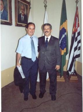 Os Delegados de Polícia Alexandre Malantrucco (ex candidato a vereador de Santos) e Romeu Tuma (Senador da República), em Audiência Pública na Associação Comercial de Santos, com o fito de intensificar as investigações em desvios de containers no Porto de Santos, início dos anos 2.000.