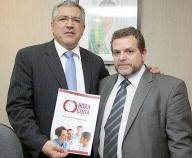 Ministro da Saúde do Governo Dilma, Alexandre Padilha recebe das mãos do Prefeito de Bragança Paulista Delegado de Polícia Fernão Dias, o projeto 'Hora Certa'.