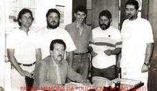 Equipe do 1º Distrito Policial do Município de São Carlos, em 1.981. Sentado o Delegado Titular João Jainto do Amaral. Em pé, a partir da esquerda, Investigadors Dougas de Campos; Escrivães José Oscar e José Geraldo Triques; Investigadores Odair Aparecido Camargo e Armando Pizani Junior.