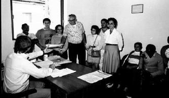 Delegado de Polícia Wilson Viegas atendendo a população na Delegacia de Assis, em agosto de 1.989.