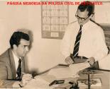 Delegacia do Município de Poá/SP. Delegado de Polícia Eleutério Dutra, sentado e o Escrivão José Maia Nóbrega, no final da década de 50. (Acervo da filha do escrivão Nobrega, Neusa Maria Rambaldi Nóbrega).