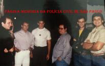"""Policiais da Seccional de Campinas, em 1.990. À partir da esquerda, os Investigadores Fernando Salomone, Paulo Penteado, Fernando Penteado, Aguiar 'in memoriam"""", Orlando Salomone e Roberto Penteado """"Robertão"""" """"in memoriam"""". Acervo de Ricardo Penteado Filho. https://www.facebook.com/MemoriaDaPoliciaCivilDoEstadoDeSaoPaulo/photos/a.657894647666443.1073741890.282332015222710/1095136327275604/?type=3&theater"""