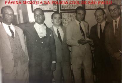 """Sala do Chefe dos Investigadores da RUDI- Ronda Unificada do Departamento de Investigações, em 1.965: À partir da Esquerda, Investigadores José Gomes de Campos """"Campo Velho"""" (na época já aposentado), Washington Gomes de Campos """"Campinho"""". Delegado José Wilson Richetti; Augusto Waldemar Veneziano, e Delegados José Carlos Baptista """"Zebú"""" e Fortunato Donato. https://www.facebook.com/MemoriaDaPoliciaCivilDoEstadoDeSaoPaulo/photos/a.399685730154004.1073741858.282332015222710/1143466325775937/?type=3&theater"""