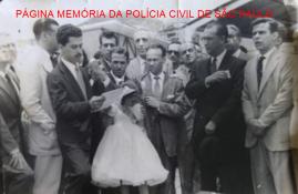 Foto de 1960, no Rio de Janeiro, o Presidente do Brasil Juscelino Kubitscheck em evento cultural, ouvindo o discurso do Dr. Carlos Noel de Melo, na época presidente da UNE- União Nacionaldos Estudantes, que posteriormente seria Delegado de Polícia em São Paulo. https://www.facebook.com/MemoriaDaPoliciaCivilDoEstadoDeSaoPaulo/photos/a.359815487474362.1073741848.282332015222710/1304352296354005/?type=3&theater
