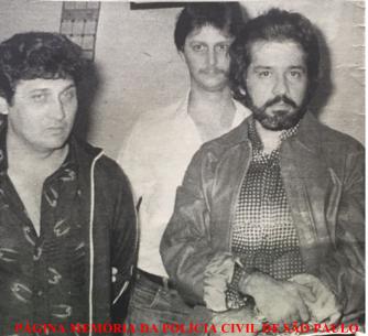 """Ao fundo, o Investigador Pedrinho """"Cegonha"""", da antiga Divisão de Entopecentes do DEIC, conduzindo presos, os delinquentes Hosmani Ramos (à direita) e seu parceiro Jonas, em novembro de 1.981. Acervo do Investigador Sebastião Pereira."""