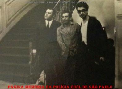 """Um dos maiores traficantes da Zona Norte e Leste de São Paulo, na década de 60, José Bernardes da Silva """"Zezinho da Vila Maria"""", sendo preso pela equipe da RONE, composta pelo Investigador Hélio Teixeira (de terno e gravata) e Delegado Hélio Tavares, (os dois """"HT""""), em dezembro de 1.969. (Acervo do Reporter Policial Afanasio Jazadji)."""